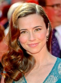file_3614_linda-cardellini-long-curly-brunette-sophisticated-hairstyle-275