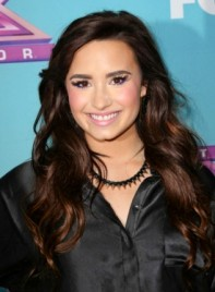 file_58711_demi-lovato-long-brunette-wavy-romantic-hairstyle-275