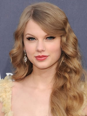 taylor swift best natural curls hairstyle
