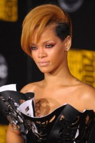file_125_14341_rihanna-hairstyles-blonde-faux-hawk