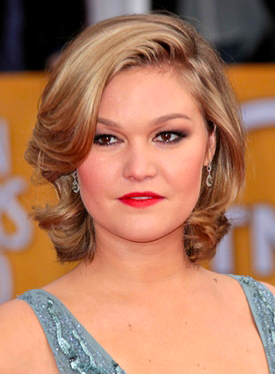 Julia Stiles' Medium, Sophisticated, Wavy, Blonde Hairstyle