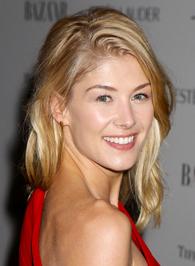 Rosamund Pike's Wavy, Medium, Tousled, Blonde Hairstyle