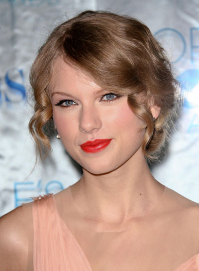 Taylor Swift Curly, Blonde Updo